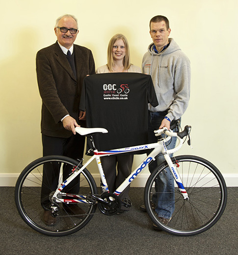 Presentation of bicycles and helmets to LincolnTri